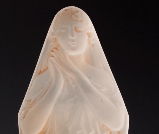 彫像「両手をあわせる女」