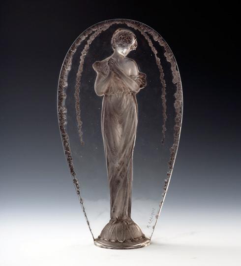 彫像「小首をかしげる女」