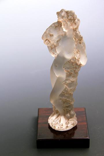 彫像「フルールのギルランドを持つ裸婦」