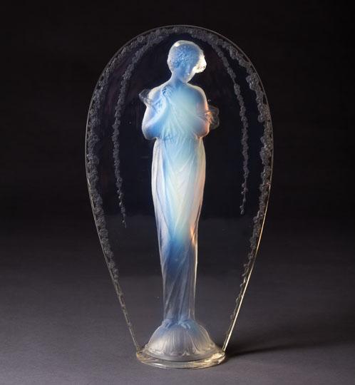 彫像「小首を傾げる女性」