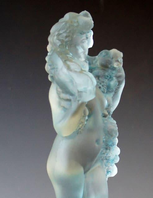 彫像「フルーツのギルランドを持つ裸婦」
