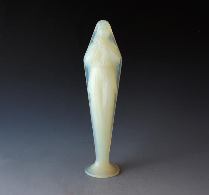 彫像「両手を合わせる女性」