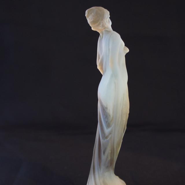 彫像「薄絹をまとう女性」