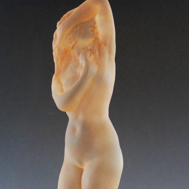 彫像「ツタの台付裸婦」